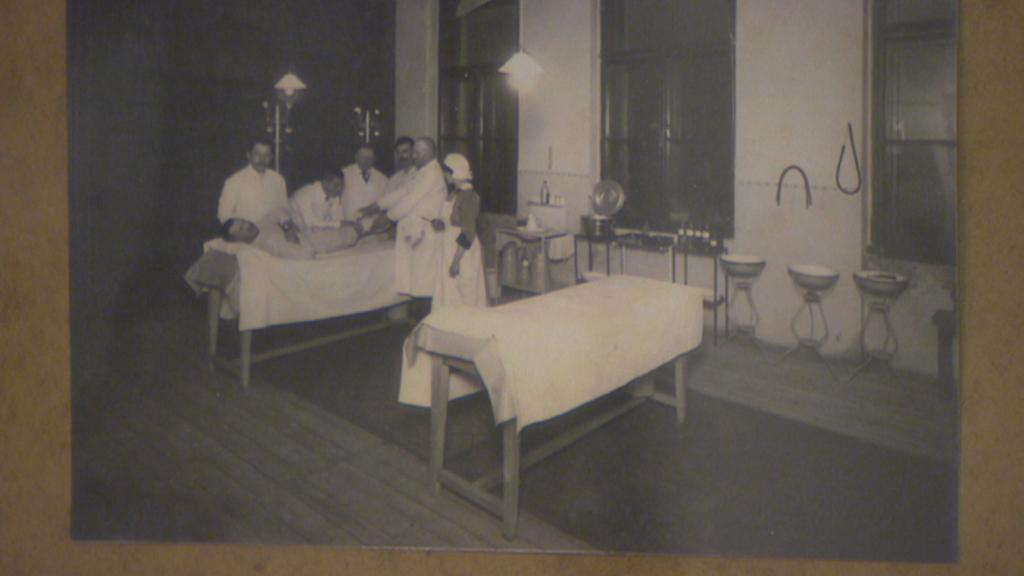 Operační sál na archivní fotografii