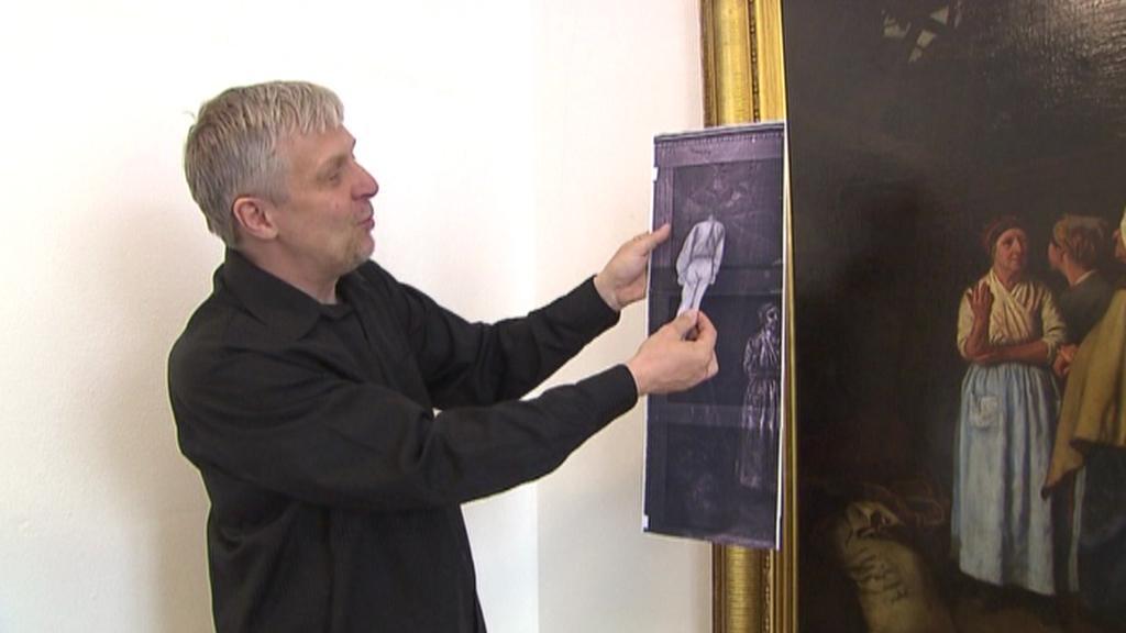 Pavel Chalupa ukazuje, kde oběšenec na obrazu původně byl