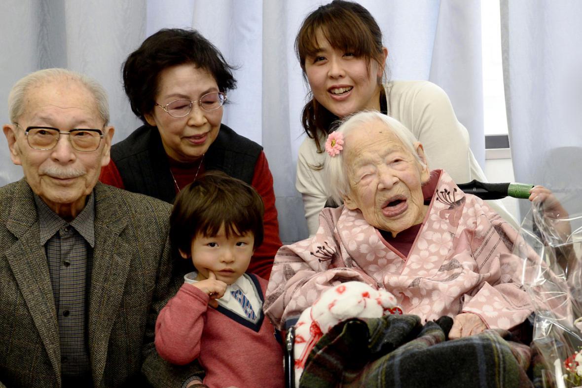 Misao Okawaová v rodinném kruhu