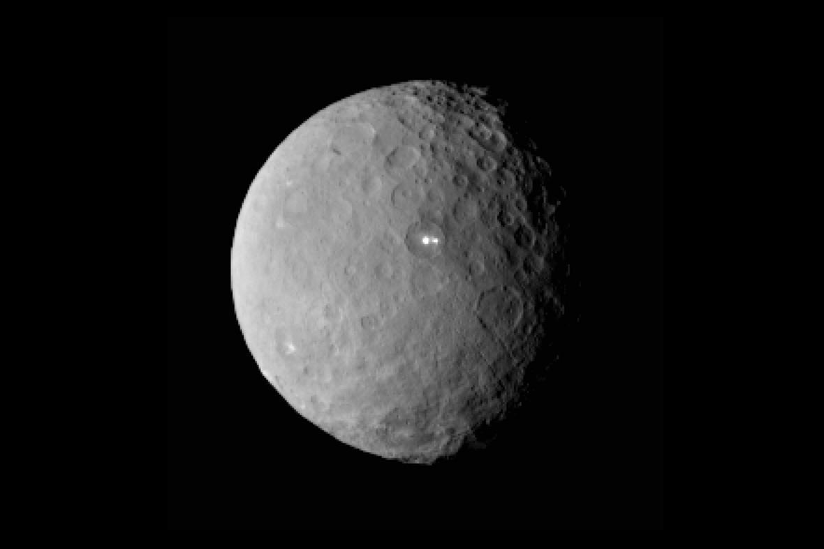 Sonda objevila na povrchu Ceresu světlé skvrny