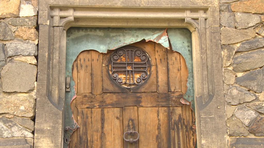 Pokovované dveře zničené zloději kovů
