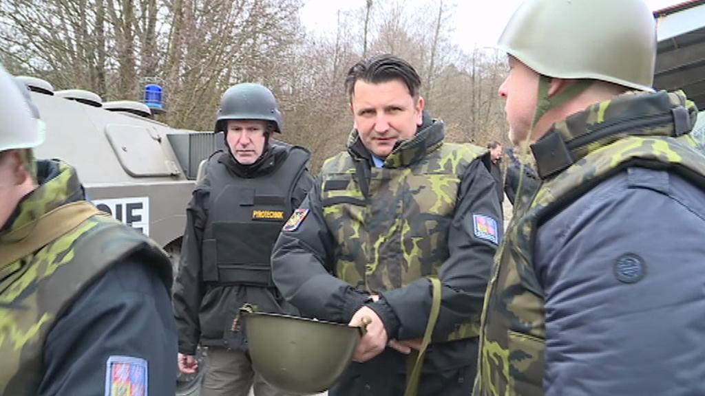 Policejní prezident Tomáš Tuhý (uprostřed) ve Vrběticích