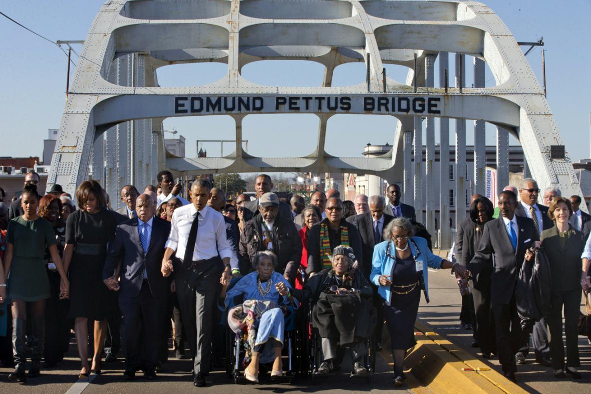 Symbolický přechod přes most Edmunda Pettuse v Selmě