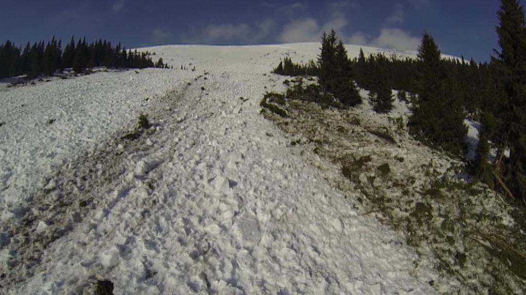 Pohled z dronu na svah po sesuvu laviny (Modrý důl)