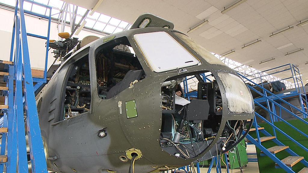 Opravy vrtulníků v podniku LOM Praha