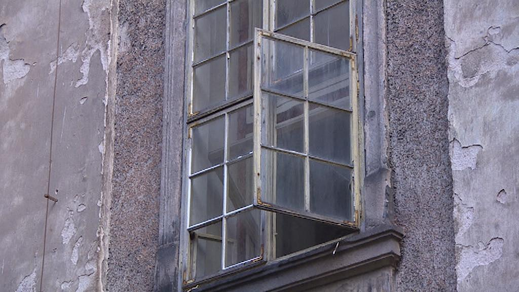 Okno v části broumovského kláštera, která na opravu teprve čeká