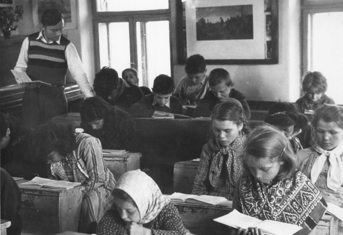 Miroslav Dědič s dětmi ve třídě