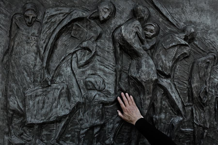 Pamětnice na židovské transporty smrti Helga Hošková