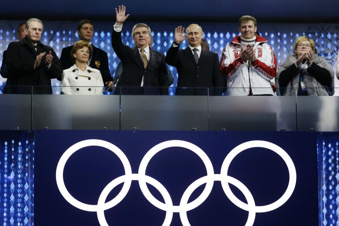 Thomas Bach a Vladimir Putin během závěrečného ceremoniálu v Soči