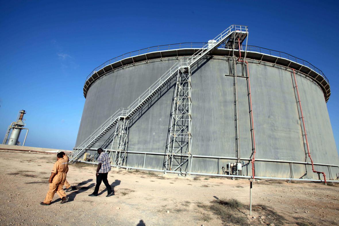 Skladovací nádrž s ropou v libyjském Tobrúku