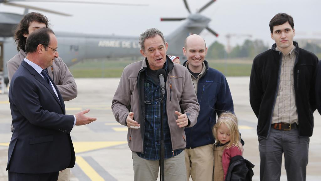 Nicolas Hénin (druhý zprava) se dostal spolu s dalšími třemi Francouzi domů loni v dubnu