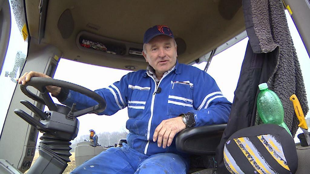 Traktorista ZD Předhradí Josef Ficek vzpomíná, že bývalý předseda na schůzi sliboval vrácení pozemků