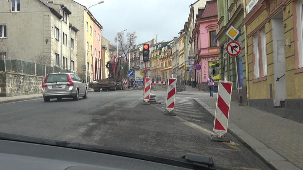 Přestože je na semaforu červená, auta jedou dál