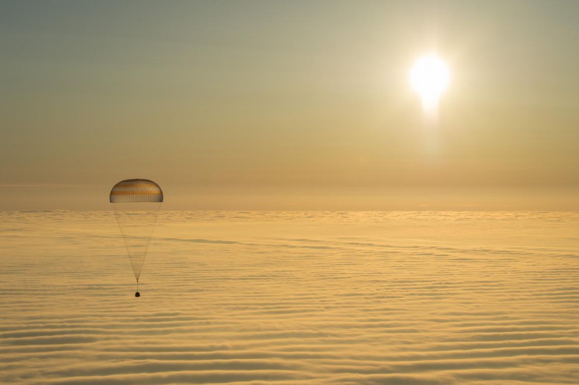 Trojice kosmonautů dokončila misi a je zpět na Zemi