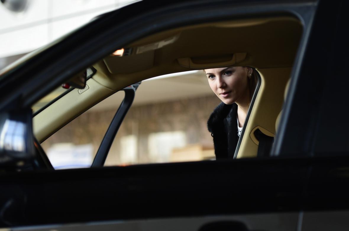 Ruská zákaznice si prohlíží nový vůz