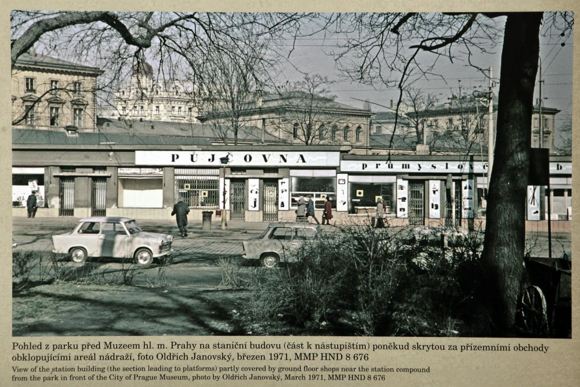 Reprodukce z výstavy před MHMP o zaniklém nádraží Těšnov