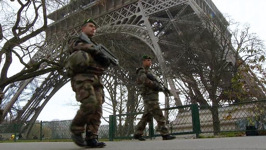 Hlídka u Eiffelovy věže