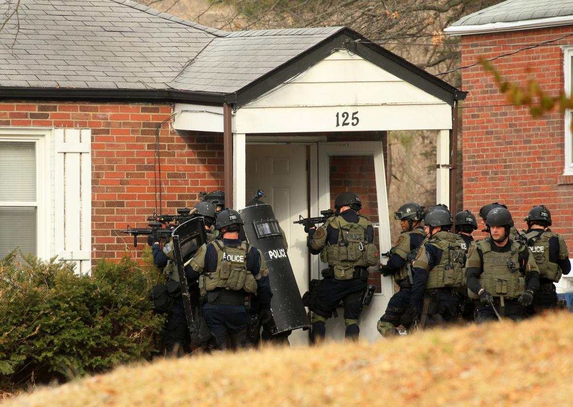 Policejní zásahová jednotka se připravuje vstoupit do domu