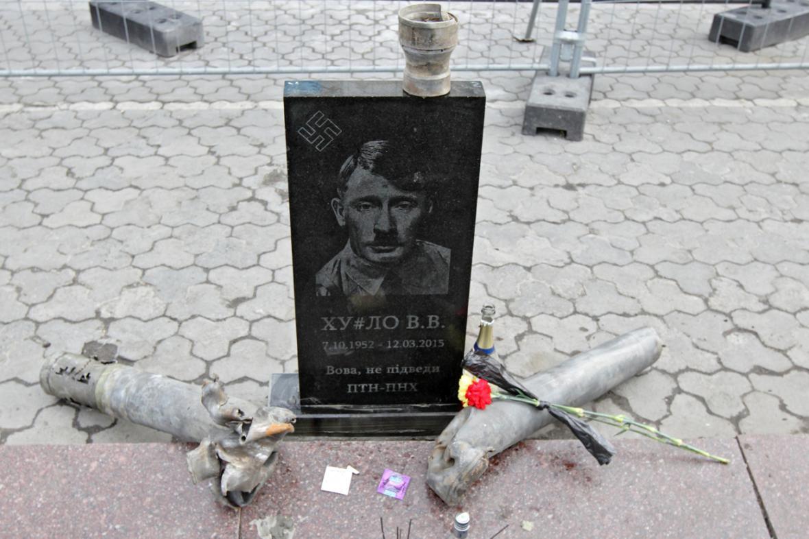 Ukrajinští aktivisté postavili Putinovi fiktivní hrob