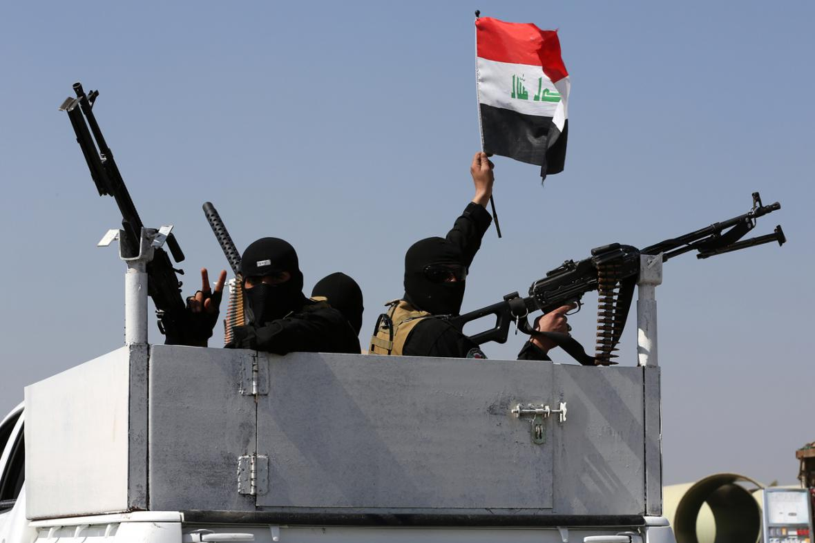 Členové šíitských Mírových brigád loajálních Muktadovi Sadrovi