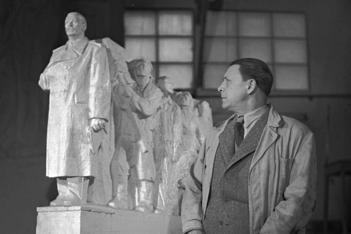 Otakar Švec u modelu Stalinova pomníku