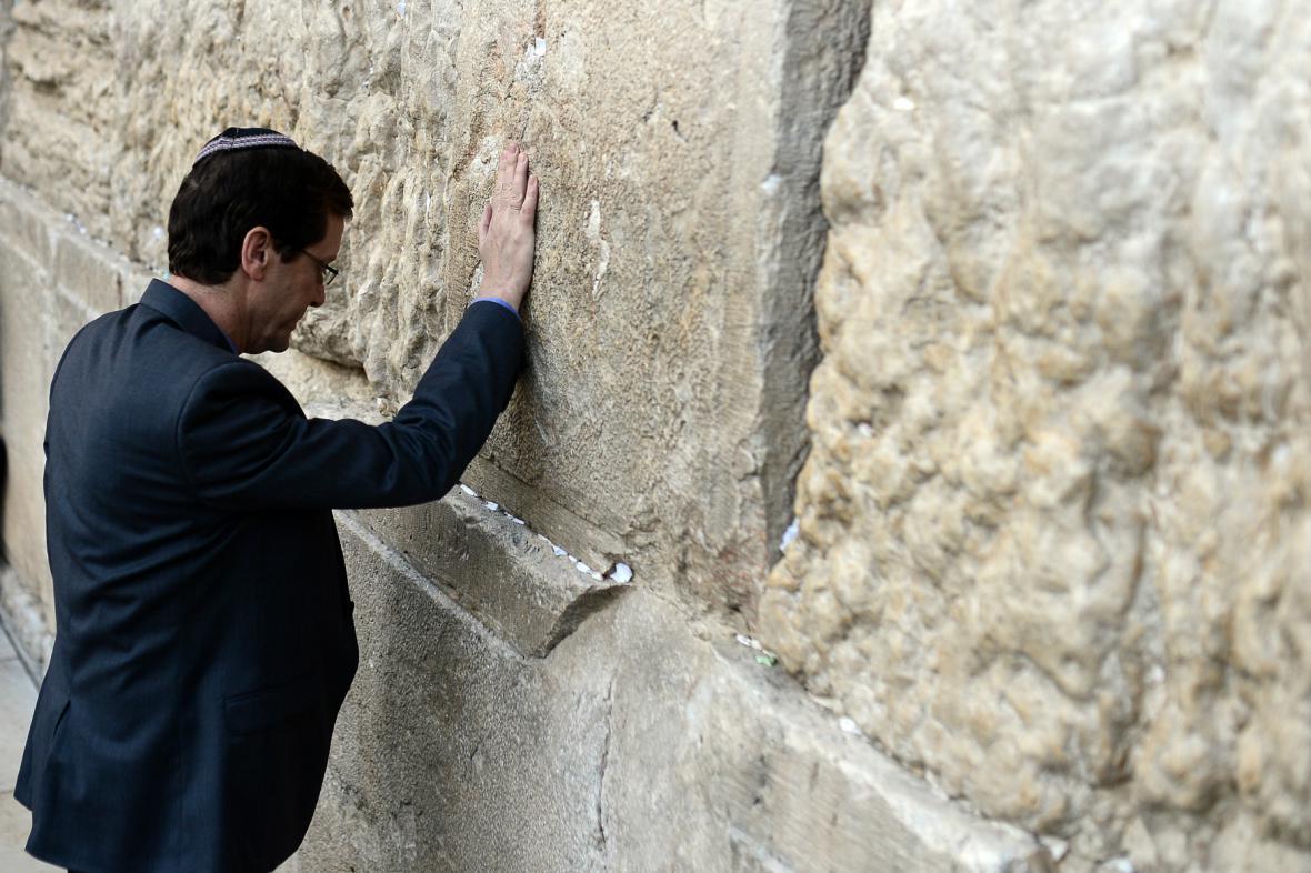 Jicchak Herzog se před volbami pomodlil