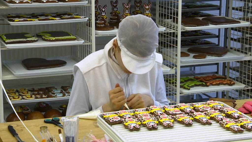Výroba pardubického perníku před Velikonocemi