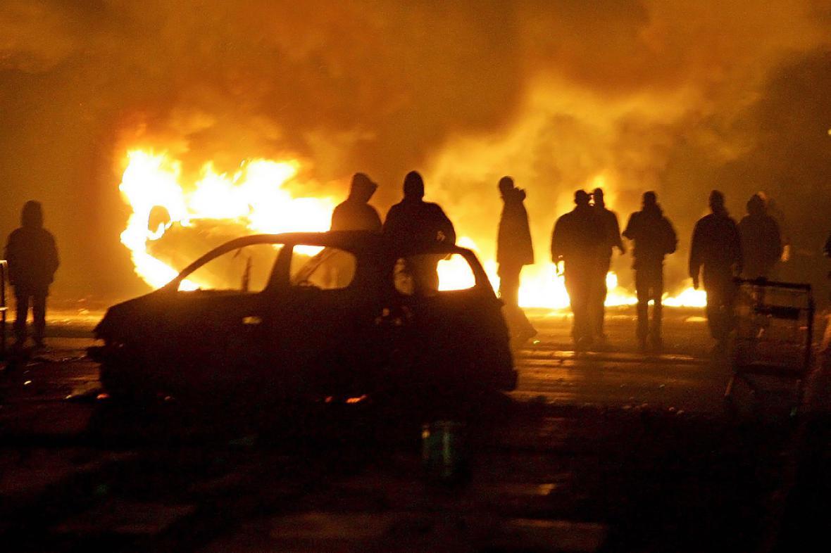 Hořící automobily na pařížském předměstí Aulnay-sous-Bois v listopadu 2005