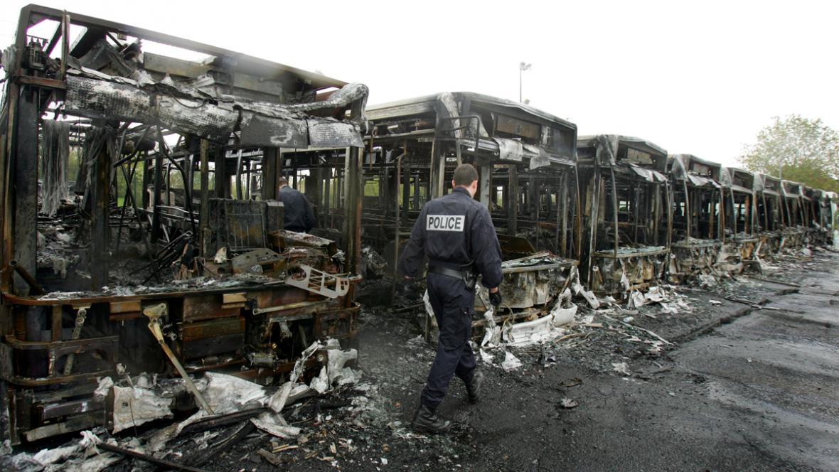 Následky nepokojů na pařížském předměstí v listopadu 2005