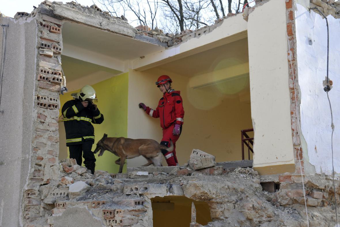 Cvičení hasičů v sutinách bývalé radnice v Morkovicích-Slížanech