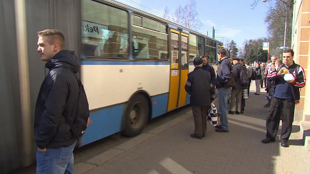 Místo tramvají jezdí zatím náhradní autobusy