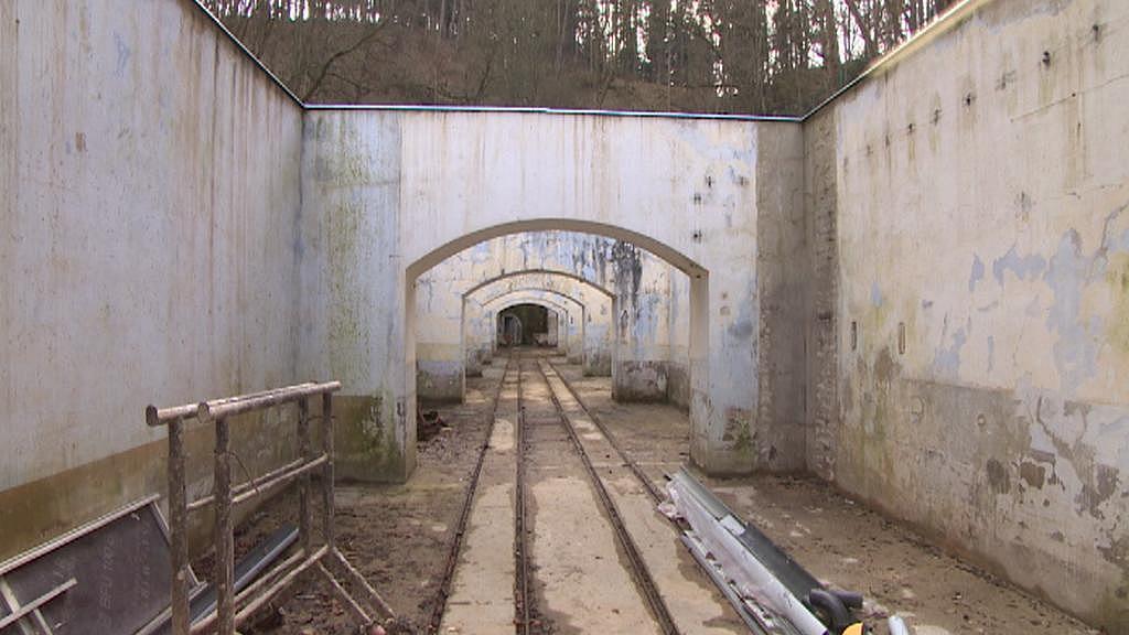Po těchto kolejích se kdysi vozila minerálka z Löschnerova pramene