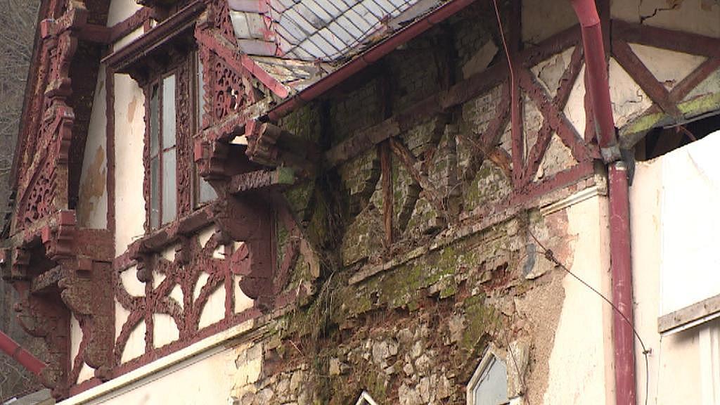 Detail jednoho ze zchátralých domů v Kyselce