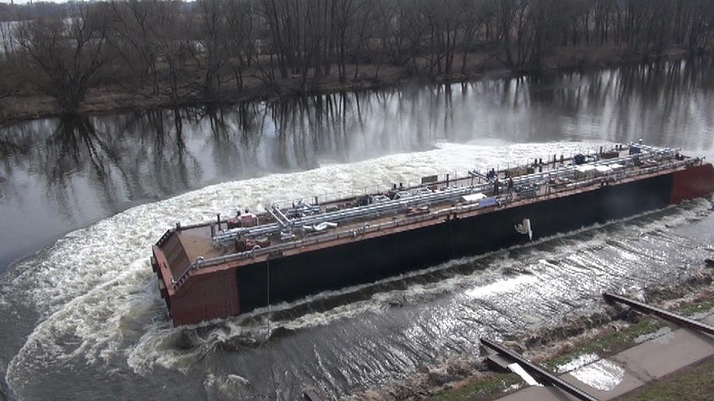 Spuštění středové části tankeru na vodu