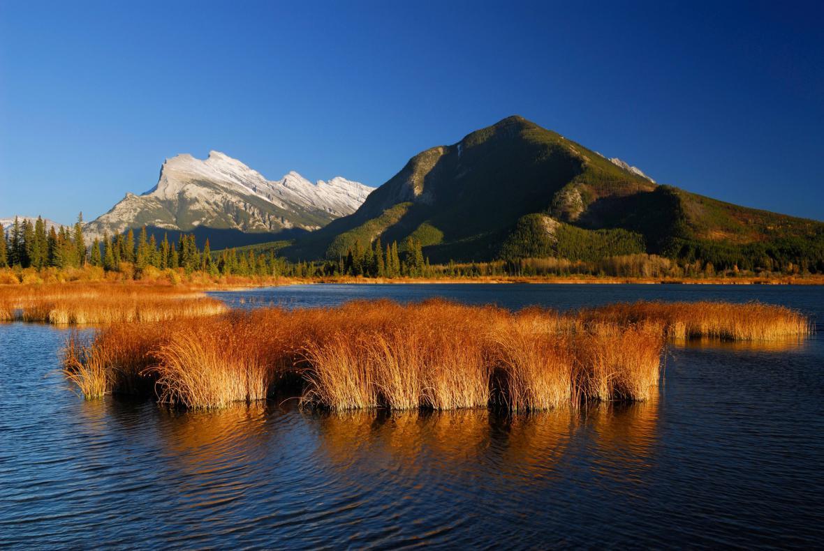 Barevné krásy kanadské přírody: jezero Vermillion, hora Rundle