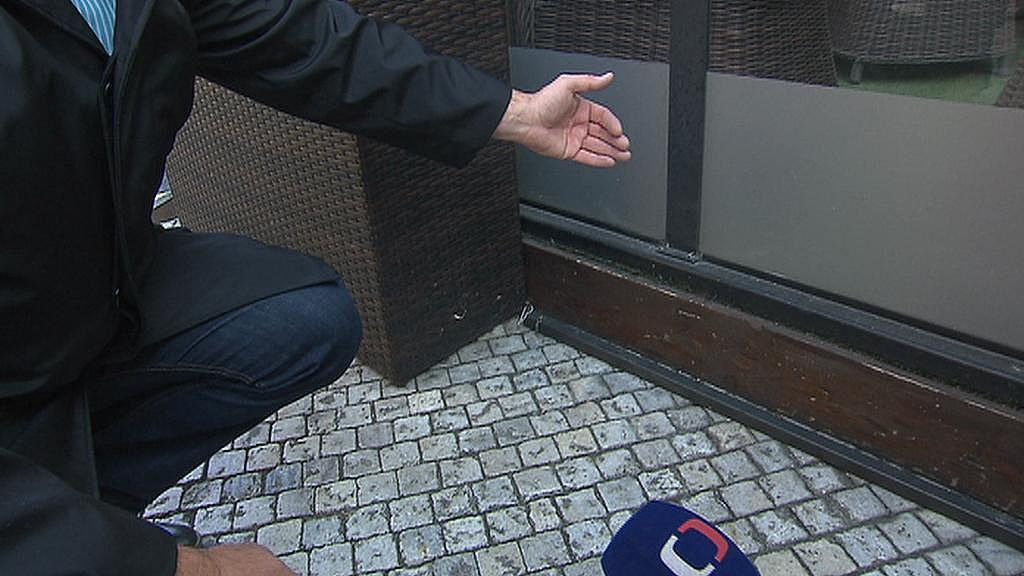 Jiří Skalický ukazuje propojení masivní podesty s ohrazením