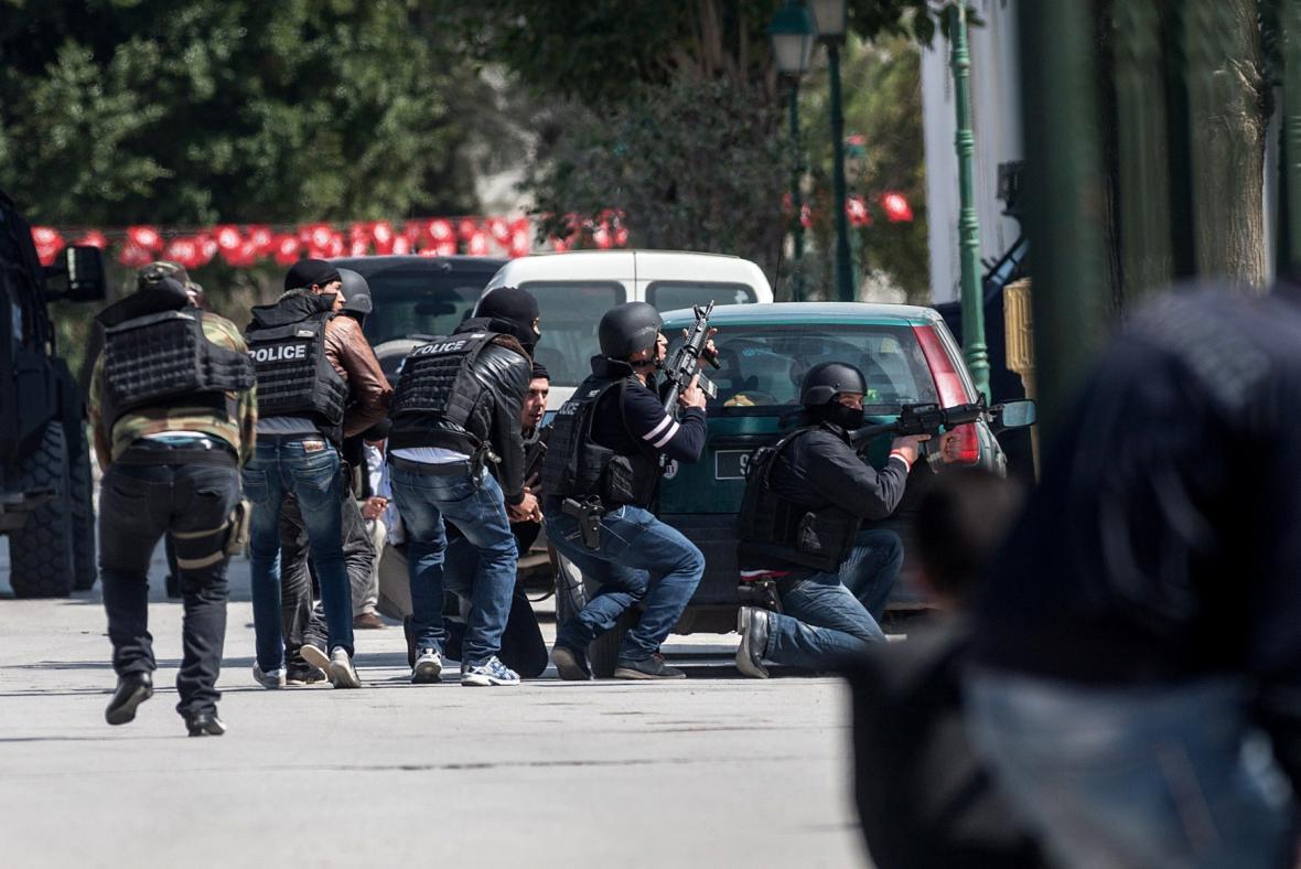 Zasahující policisté před budovou muzea