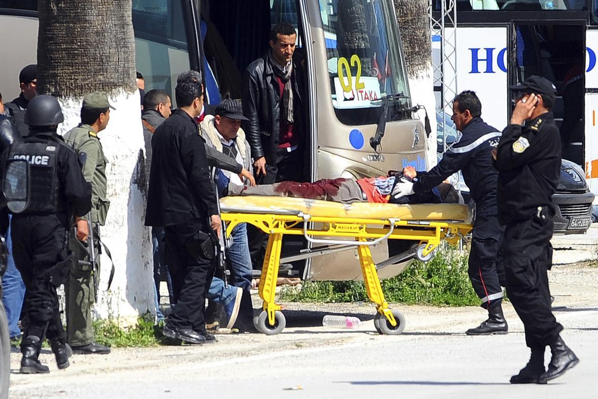 Transport zraněných po útoku v tuniské metropoli