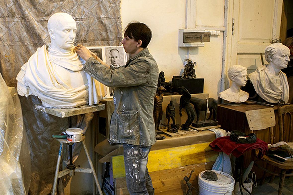 Pavel Grešnikov při práci na Putinově bustě