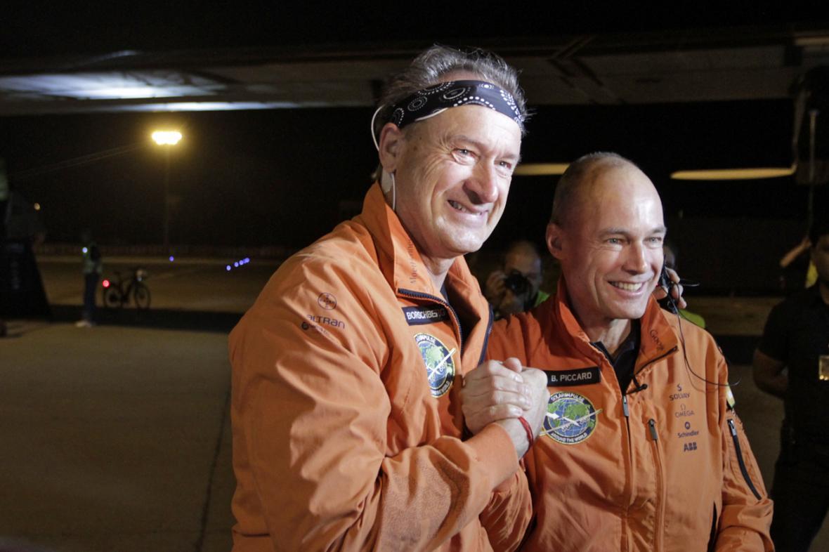 André Boschberg a Bertrand Piccard před odletem z Ahmadábádu