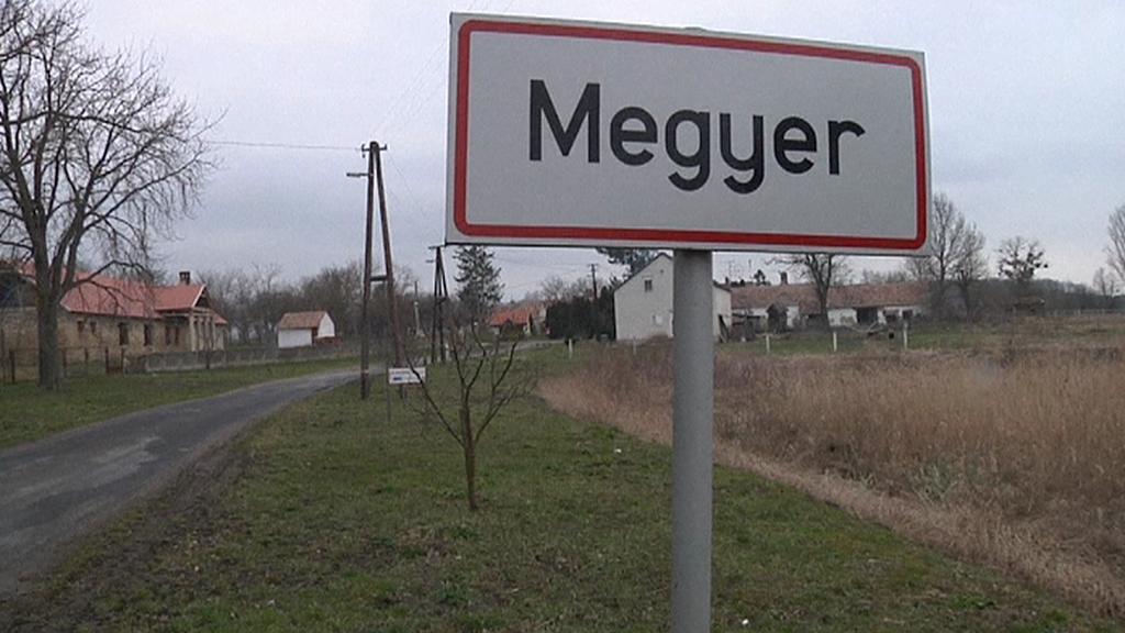 Cedule na okraji vesnice Megyer