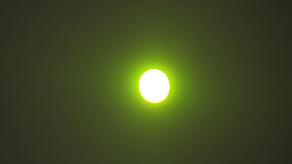 Pohled na zatmění Slunce přes černý filtr