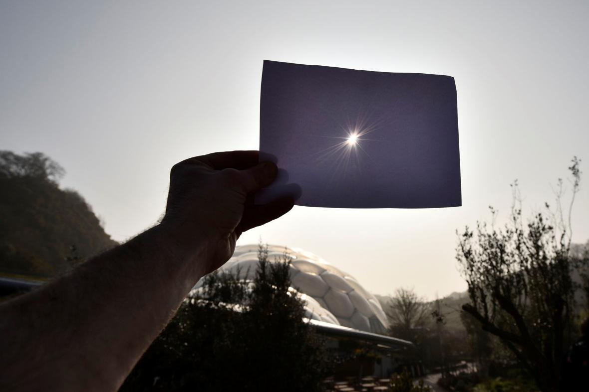 Britové sledují zatmění Slunce v hrabství Cornwall
