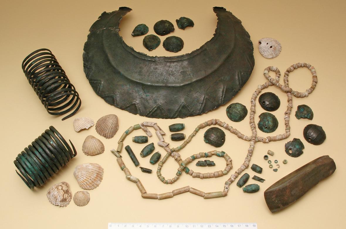 Soubor nálezů ze skříňkového hrobu z pozdní doby kamenné z Velvar (kolem 3200 př. n. l.)