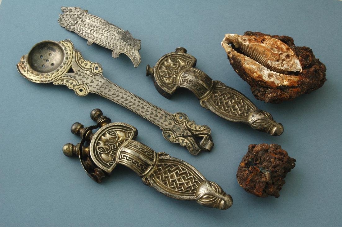 Honosné předměty z pohřbu bohaté germánské ženy z první poloviny 6. století n. l.