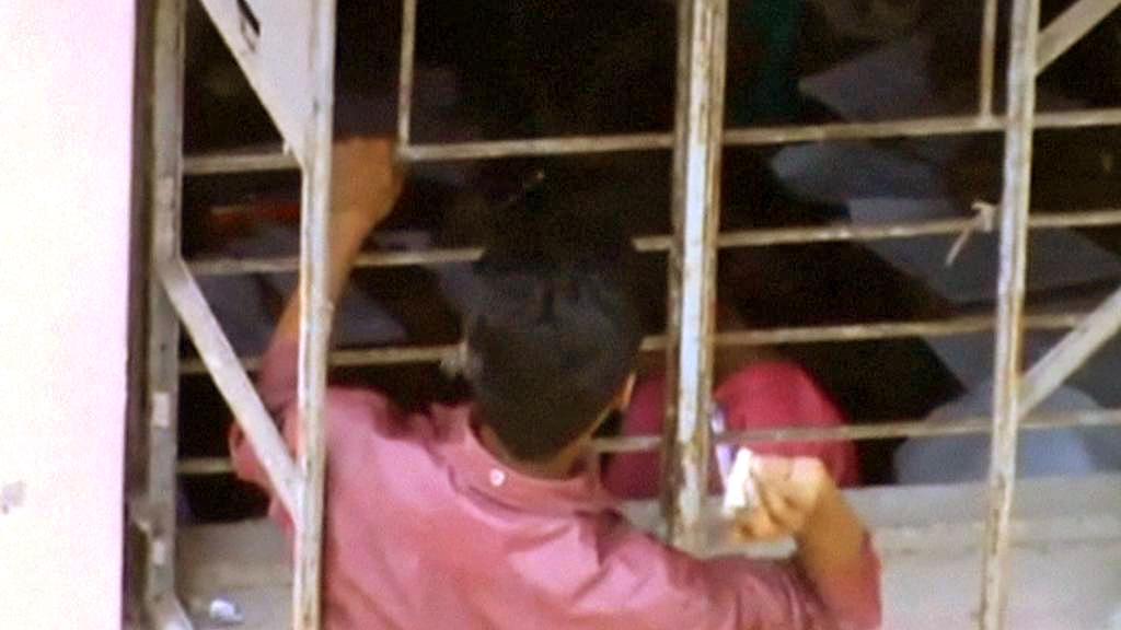 Příbuzní a kamarádi házejí indickým studentům taháky přímo do oken třídy