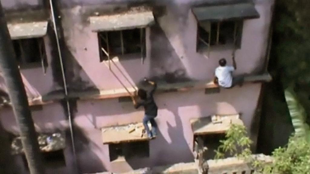 Nápovědu a taháky dostávají indičtí studenti oknem
