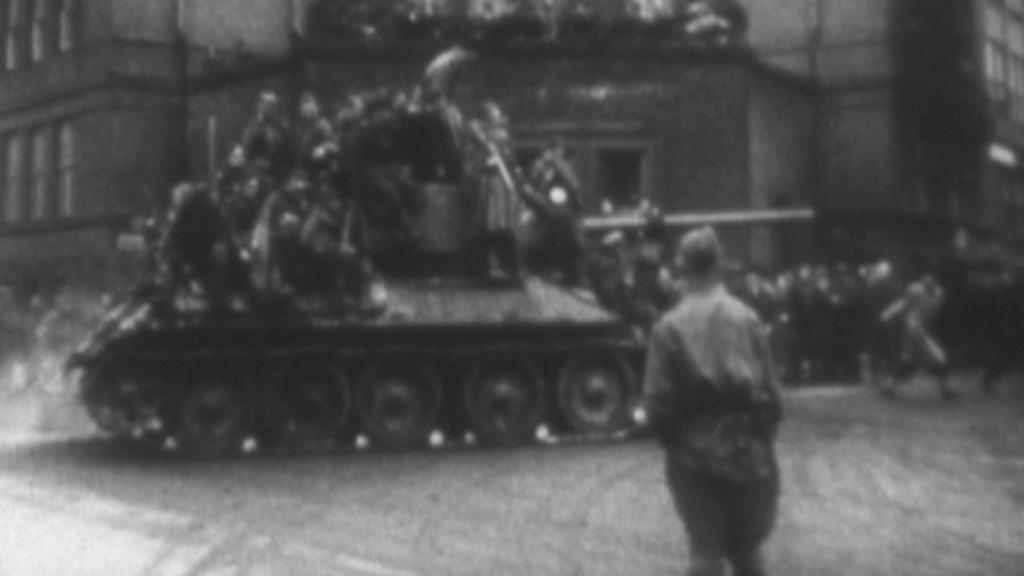 Tanky příjíždějící do města
