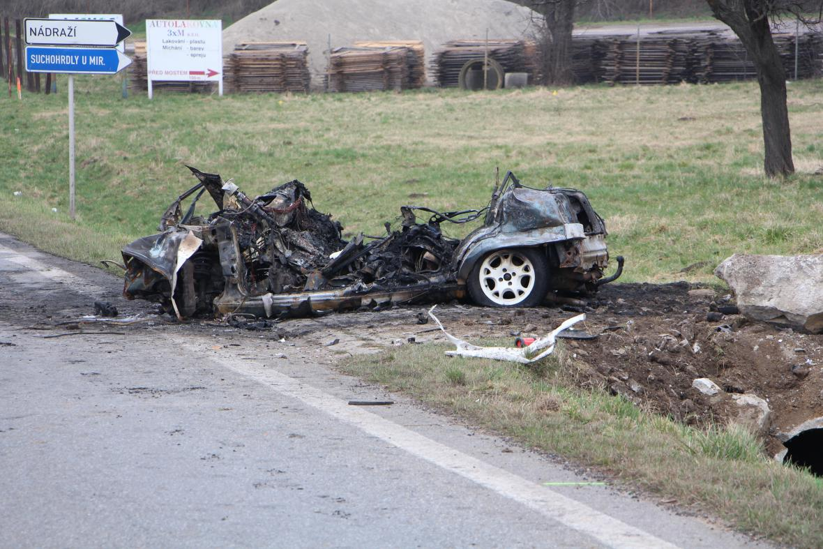 Z auta, ve kterém zemřeli čtyři lidé, nezbylo téměř nic