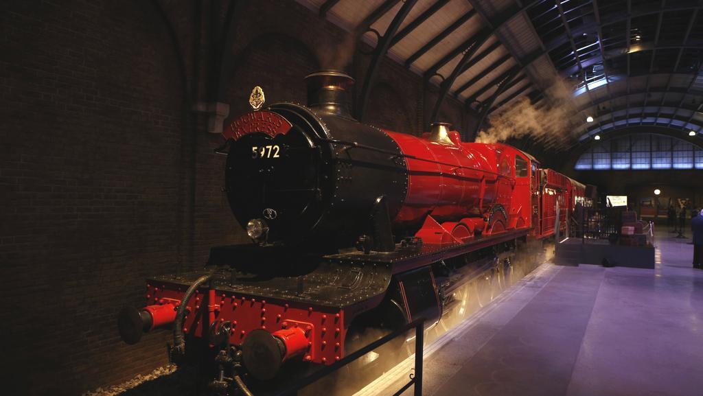 Vlak z filmu o Harrym Potterovi je novým lákadlem britské pobočky studia Warner Bros.